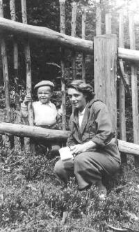 Jiří Fráňa with his mother Jiřina in 1949