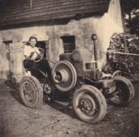 """""""Táta na Svoboďáku"""" - Zdeněk Tuček na traktoru Svoboda, který pořídili v roce 1939, a v únoru 1950 jim byl při výkupu strojů STS Čáslav odebrán"""