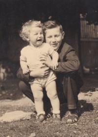 Václav Tuček se svým mladším bratrem Zdeňkem, který se narodil v době, kdy byl jeho otec Zdeněk Tuček vězněn