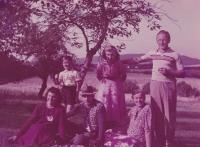 Rodina Tučkových zvěčněna ve svém višňovém sadě pod stodolou. Dost pravděpodobně poslední léto, než došlo k zatčení Zdeňka Tučka (v pruhovaném triku vpravo)