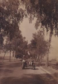 Motocykl z roku 1931 vlastnila rodina Tučkových v Bučovicích jako vůbec jedna z prvních. Na fotografii děda Václav a strýc Karel Procházka z Krnova