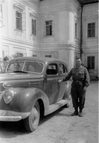 US Army chaplain in front of Dolní Lukavice chateau
