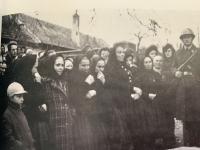 trúchliace vdovy počas spomienkovej slávnosti v roku 1965