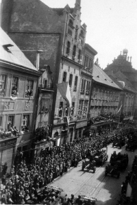 US Army marching down the Solní street in Pilsen (Plzeň); May 1945