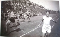 Závody na Hagiboru. Heinz Prossnitz třetí zleva.