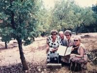 Emília Sasinová spoločne so sestrou, Beou Preussovou a jej manželom.