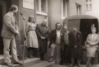 Kampaň OF v Třebenicích před prvními svobodnými volbami (druhá zleva Jaroslava Moserová, dál Tomáš Ježek, Zdeněk Bárta, Lubomír Voleník)
