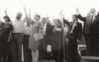 Volební kampaň, 1990, ZB druhý zleva (zprava V. Komárek, I. Havel, V. Chramostová)