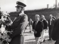 Václav Havel při tryzně v Terezíně, 1990