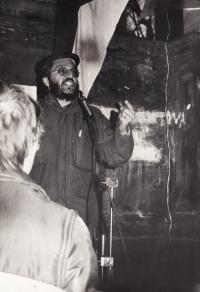 ZB hovoří na demonstraci 24. listopadu 1989 v Litoměřicích