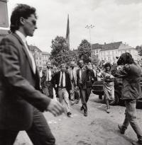 ZB vede Václava Havla na radnici, Litoměřice, 1990