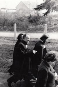 Alfréd Kocáb při instalaci Zdeňka Bárty farářem v Chotiněvsi (ZB vpravo), 1974