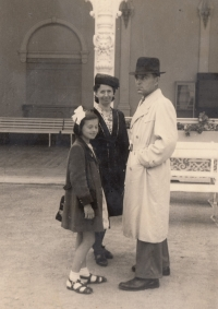 Bohumila Jindrová with mummy and daddy in 1946