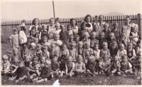 Johann ve školce v Nýrsku 1944 (vpředu s kšandami)