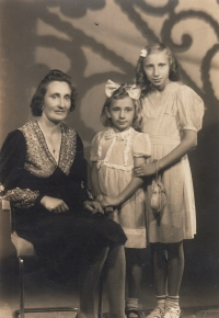 Maria with mum and sister in 1943