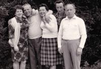 Božena Jurošková (uprostřed) s manželem (vpravo) a bývalým partyzánem Nikolajem Jefrimovem (vlevo), 60. léta