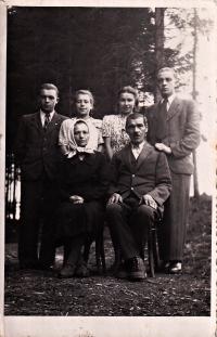 Božena Jurošková (druhá zleva nahoře) s rodiči a sourozenci, Hošťálková