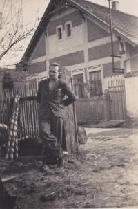 Otec Zdeněk Tuček u statku své manželky v Římovicích