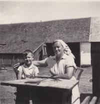 Václav Tuček se svojí babičkou Marií na dvorku hospodářství