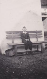 Václav Tuček na lavičce u rezervoáru