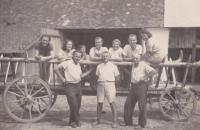 Příbuzní Procházkovi z Krnova a další brigádníci u Tučků na výpomoci