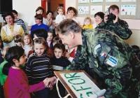 Radek Henner v roce 2000 s dětmi na mezinárodní mírové misi SFOR v Bosně a Hercegovině