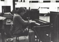 Miloš Vojtěchovský za harmoniem při nahrávání skladeb kapely Mozar K, Bratislava, 1981