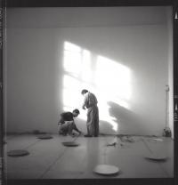 Výtvarníci Paul Panhuysen a Paul DeMarinis instalují v klášteře Plasy, 1994