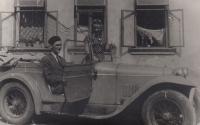 Hana and Jaromír Junovi and an Aero car