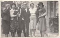 Henry David in Lobeč, 1969 (Míla Bendová, Jiřina Knoblochová, Lucek Benda, HD, Marta Petrusová, Slávka Patočková, Hana Junová)
