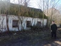 Josef Trpák před okny zchátralé pastoušky v Cetuli, kam byla jejich sedmičlenná rodina v roce 1950 vystěhována. Foto: RŠ, březen 2020