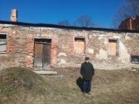 Před bývalou farní budovou ve Zhoři, kam se v listopadu 1951 přestěhovali. Foto: RŠ, březen 2020