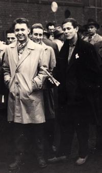 Jiří Lexa (vlevo) na seřadišti před prvomájovým průvodem, Závod 6 Vítkovických železáren Klementa Gottwalda v Ostravě, cca 1958