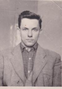 V době vojenské služby, kterou absolvoval na letišti ve Zvolenu, 1955