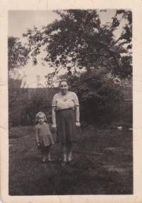Maminka a sestra Zdena v období druhé světové války, květen 1943