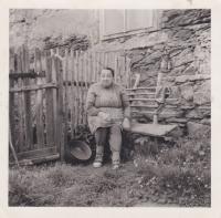 Maminka Emilie Trpáková na faře ve Zhoři, 1969