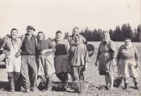 Maminka Emilie (první zprava) při práci na poli ve Zhoři