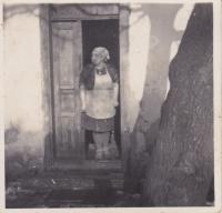 Emilie Trpáková na statku v Cetuli, 1951
