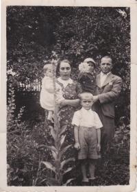 Rodina Trpákova. V popředí Josef, v náruči otce Jiří a u matky sestra Zdena, 1939