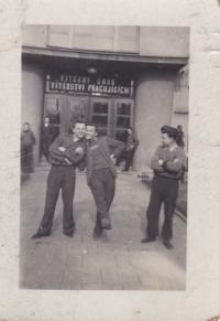 Uprostřed Josef Trpák se svými spolužáky v Kostelci nad Orlicí, 1953
