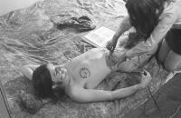 Kreslení kabalistických symbolů na těla členů kapely The Primitives Group, druhá polovina 60. let