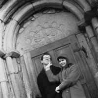 Ivan Martin Jirous a Věra Jirousová před portálem kostela v Lukově u Humpolce, polovina 60. let