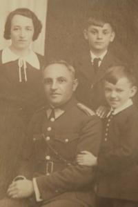 František Humler (vpravo dole) s rodinou