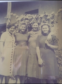 In front of the parents´ house, Kisbéri, 1942. From left: family friend, Alžbeta´s mother Helena, Alžbeta and Eva.