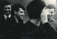 Svazácký kongres v Olomouci, duben 1969, zprava: Miroslav Tyl, Karel Kovanda, Ivan Dejmal a neznámý fousáč (irský)