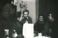 Doma u Stankovičů, zleva: Andrej Stankovič, Václav Havel, Olina Stankovičová a Ivan Martin Jirous, konec 80. let