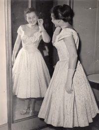 Eva Mudrová before presenting a fashion show in Palace hotel in Ostrava in 1959