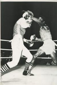 Tibor Puha (vľavo) počas zápasu.