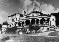 The castle in Kunerad after the fire in 1944