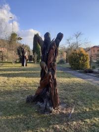 Dřevěná skulptura na zahradě Galerie, autor Josef Musil, asi 1999